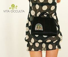 Retro Purse Vita Occulta ( based on the design of 50's and 60's ) You can use fixed ear handbags to hold in your hand or the chain to wear it as a crossbody bag over your shoulder or just above your bum