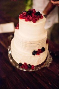 White Wedding Cake with Fresh Fruit | Angela Nelson Photography https://www.theknot.com/marketplace/angela-nelson-photography-makawao-hi-877658 |