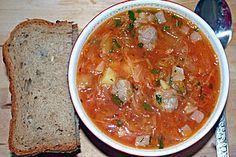 Herzhafte Suppe mit Sauerkraut und Frikadellen nach russischer Art