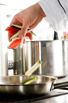 Am Sonntag den 28.10. wird die TWT-Cafeteria zum Kochstudio. Das Team Marketing & Sales wird zusammen mit Koch Oliver ein 3-Gänge-Menü zaubern. Wir freuen uns schon auf das Team-Event und das leckere Essen. :) Hier ein kleiner Menü-Auszug:  Roastbeef mit Kartoffelpüree (verfeinert mit Düsseldorfer Senf & frischen Kräutern), Gemüse der Saison und Rotwein-Schalotten