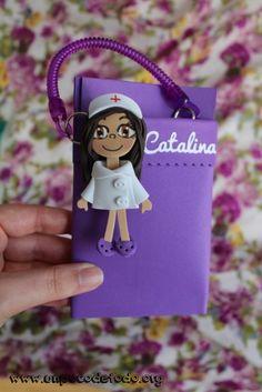 www.unpocodetodo.org - Salvabolsillos de Angela, Elvi, Catalina y Merchi - Salvabolsillos - Broches - Goma eva - crafts - custom - customized - enfermera - enfermeria - foami - foamy - manualidades - nurse - personalizado - portabolis - 6