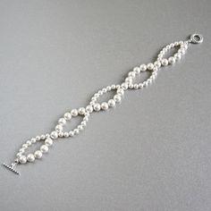 très beau bracelet blanc nacré et argenté est idéalement l'accessoire porté lors d'un mariage.  ce bracelet est réalisé sur commande merci de m'indiquer la longueur souhai - 7858817