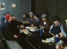 Trabajadoras de ferrocarril comiendo en su almuerzo en 1943.
