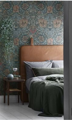 William morris wallpaper and beautiful leather bedhead - Tap the pin if you love super heroes too! Cause guess what? you will LOVE these super hero fitness shirts! Creative, Colourful Living Spaces to Increase Productivity. William Morris Tapet, William Morris Wallpaper, Morris Wallpapers, Wallpaper Bedroom Vintage, Interior Wallpaper, Cheap Rustic Decor, Cheap Home Decor, Home Bedroom, Diy Bedroom Decor