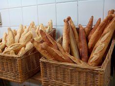 Si pasáis por el número 3 del céntrico Paseo de Teruel notaréis una fila, cuyo tamaño va variando dependiendo de la hora del día. Son personas haciendo cola para comprar el delicioso pan artesano de la Tahona del Pastor.