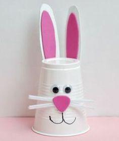 Pode usar também um copo descartável e decorar com papel, fazendo a carinha de um coelho.