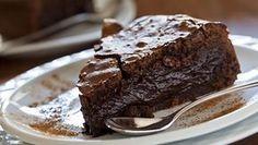 Jos makeannälkä yllättää tai yllätysvieraat saapuvat, eikä kaapista löydy mitään tarjottavaa, kannattaa leipoa helppo ja nopea suklaakakku.