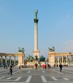 Hősök tere A magyarság nagyságát szimbolizáló millenniumi emlékmű megépítéséről 1895-ben született meg a döntés, a hely azonban máig Budapest leghíresebb és legnagyobb hatású tere. Az uralkodók szoborgalériáját, a honfoglaló vezérek szobrait és a magyar hősi halottak jelképes sírját is magában foglaló tér ma a Világörökség része.