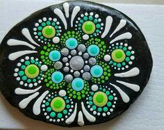 Pintado a mano colores piedra por Pitrone Miranda primavera Mandala verde y plata piedra Natural Boho Deco Rock arte pintura