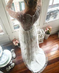 Elena dio el sí el pasado sábado, su vestido fue tomando forma en cada prueba, no quería mucha cola quería un tejído que lo dijera todo y una espalda llena de botones , sin duda todos sus imprescindibles se cumplieron , la personalidad su dulzura y entrega  fueron totales y disfrutamos hasta el último minuto ... Qué ganas de ver sus fotos #atelier #aliciarueda #noviaaliciarueda #bride #merried #weddingdress #boda #couture #loveelena #lovemywork