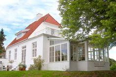 Husets overdækkede terrasse trængte til fornyelse, sammen med fornyelsen kom ønsket om et orangeri...Læs mere › Garden Cafe, House Extensions, Curb Appeal, Planer, Home Fashion, My House, Facade, Beautiful Homes, New Homes