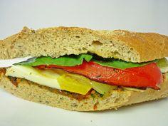 Sendvič s paradajkovým pestom, pečenou paprikou, mozarellou a bazalkou | Lapetit Sandwiches, Toast, Food, Essen, Meals, Paninis, Yemek, Eten