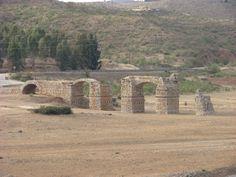 El puente romano de alconétar, (también conocido como de Mantible), uno de los mayores de arco segmentado. Se encontraba originalmente en la confluencia de los ríos Tajo y Almonte, junto a la Torre de Floripes que lo protegia en tiempos árabes. Iba a quedar sumergido por las aguas del pantano de Alcántara por lo que fue rescatado piedra a piedra por ingenieros americanos.
