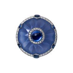 ANELLO DI ALTA GIOIELLERIA  Alta Gioielleria  Cartier Royal  Anello - platino, uno zaffiro Ceylon taglio cabochon (2,24 carati), calcedonio scolpito, zaffiri, diamanti taglio brillante.