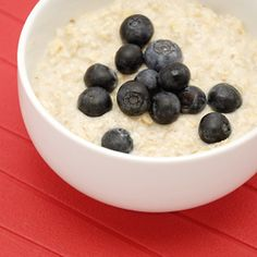 Stay fuller longer with a bowl of oatmeal; half a cup of rolled oats contains five grams of fiber. Besides that, oatmeal can help increase your body's levels of the appetite-regulating hormone cholecystokinin, which may help control hunger in some people. High Protein Recipes, Protein Foods, Snack Recipes, Healthy Snacks, Healthy Eating, Healthy Recipes, Eating Clean, Healthy Options, Delicious Recipes
