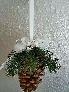 Christmas cones, green pinecone, window decoration of Christmas decoration . Christmas Pine Cones, Christmas Ornament Crafts, Rustic Christmas, Christmas Projects, Simple Christmas, Red Christmas, Holiday Crafts, Christmas Time, Pine Cone Decorations