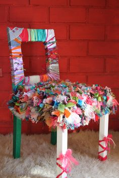 Silla, reciclada…..vestida con telas de muchos colores…Diseñada por Jess.