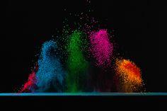 """pigmentos de cores, que ao sentirem a vibração de um som, acabam """"dançando"""" em um alto-falante"""