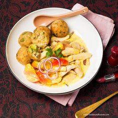 Hendlbruststreifen in Curry-Oberssauce mit gebackenen Reisknödeln Curry, Chili, Chicken, Meat, Food, Recipes With Chicken, Cilantro, Healthy Food, Easy Meals