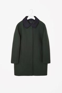 Ook mooie, wat neutralere kleur jas. Kraag kan er ook af.