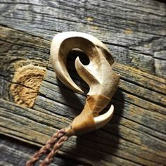 whalebone=クジラの骨(マッコウクジラ)bonecarving=骨を彫刻し作り出す首飾り7㎝首回りはオーダーになります。|ハンドメイド、手作り、手仕事品の通販・販売・購入ならCreema。