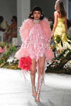 Pink Fashion, Couture Fashion, Runway Fashion, Fashion News, Fashion Show, Fashion Outfits, Womens Fashion, Fashion Design, Fashion Trends