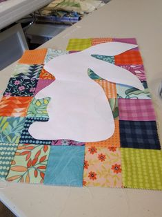 Peter Rabbit Patchwork - link to free tutorial Scrappy Quilts, Easy Quilts, Applique Quilt Patterns, Hand Applique, Patchwork Patterns, Animal Quilts, Sewing Appliques, Small Quilts, Quilting Designs
