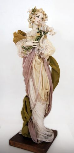 Draping so exquisite it could be a Greek sculpture! So hard to do that on a small scale! -jen