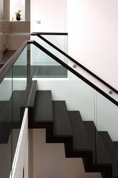 Modernistyczny korytarz, przedpokój i schody od Nicolas Tye Architects