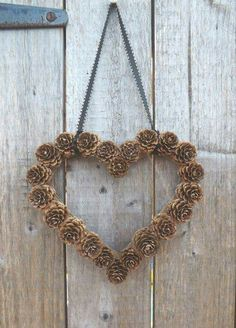 Weihnachtsdeko basteln mit Tannenzapfen – Wundervolle DIY Bastelideen Making Christmas decorations with pine cones – DIY craft ideas – Pine cones making heart door wreath Fall Crafts, Holiday Crafts, Diy And Crafts, Paper Crafts, Wood Crafts, Rustic Christmas, Christmas Diy, Christmas Wreaths, Primitive Christmas