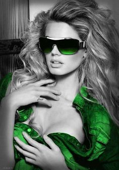 Beautiful colorful pictures and Gifs: Color verde (Green)-Touch of Color. Color Splash, Color Pop, Mirrored Sunglasses, Sunglasses Women, Very Good Girls, Sexy, Black And White Colour, Colorful Pictures, New Girl