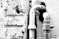 Muro e tubi in b/w, #Roma.