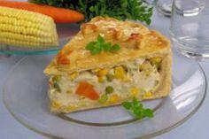 torta cremosa de legumes, espiga de milho, cenoura, prato transparente, toalha azul