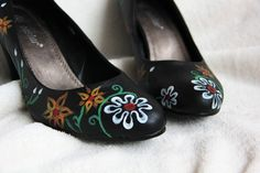 Pumps with flowers from www. Painted Shoes, Tory Burch Flats, Clogs, Pumps, Flowers, Fashion, Clog Sandals, Moda, Fashion Styles