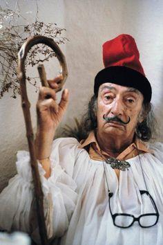 Сальвадор Дали в национальной каталонской шапке - барретине.