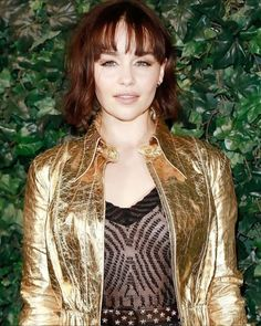 Emilia Clarke, Corte Short Bob, Beyonce, Selena, Blonde Hair Looks, Voluminous Curls, Gold Jacket, Actress Jessica, Ombré Hair