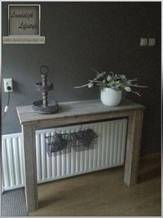 Op maat gemaakte sidetable met 2 poten, hierdoor past deze mooi over de radiator.