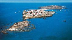 Tabarca - Alicante - España-Tabarca -L'Illa, como la llaman todavía sus escasos habitantes-, es un pequeño islote de 45 hectáreas que mide 1.800 metros de largo por 400 de ancho y es la única isla habitada de toda la Comunidad Valenciana. Desde la borda de la golodrina -el único medio de llegar- da la impresión de que flota sobre el mar. Turística durante el día Tabarca cambia cuando parte el último barco que lleva de regreso a los que han venido a pasar el día y a comer a sus playas.