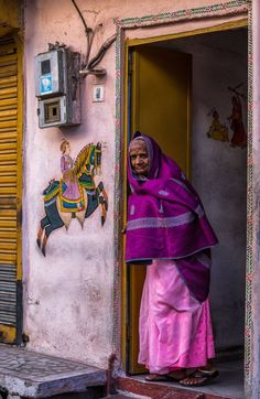 Grandmother in pink and purple sari - Udaipur - Rajasthan - India.