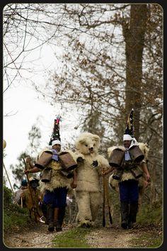 El oso con los zarramacos bajando del monte. La Vijanera. Carnaval de invierno . Cantabria .Spain