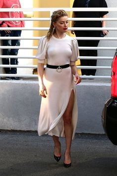 Amber Heard shows no cleavage but then again is going braless. Amber Heard Hot, Amber Heard Style, Amber Head, Sexy Dresses, Dresses For Work, Gal Gadot, Hollywood Celebrities, Beautiful Celebrities, Taurus