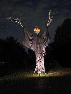 Last-minute decorating is something I'm VERY knowledgeable about. One means is to make your own Halloween decorations. These DIY Halloween decorations. Halloween 2018, Retro Halloween, Halloween Prop, Image Halloween, Vintage Halloween Decorations, Halloween Party Decor, Holidays Halloween, Diy Halloween Scarecrow, Halloween Yard Ideas