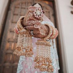 Check 7 latest & best floral kalire designs for wedding. These bridal kaleere designs such as faux flowers, white rose, mixed flowers, coconut style etc look so beautiful in a bride's hand. Indian Bridal Outfits, Indian Bridal Fashion, Indian Wedding Jewelry, Indian Jewelry, Indian Weddings, Real Weddings, Punjabi Wedding, Desi Wedding, Punjabi Bride
