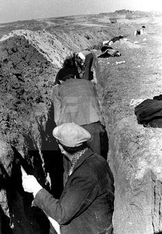 GUERRA CIVIL ESPAÑOLA: ZONA REPUBLICANA.- MADRID, OCTUBRE DE 1936.- Varios trabajadores cavan una trinchera para el batallón Félix Barzana, de la Federación Española de Trabajadores de la Enseñanza (FETE-UGT), en Usera, primera línea del frente de Madrid. EFE/Juan Guzmán