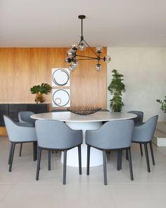 O escritório Loft87 Arquitetura publicou esta apartamento no site do Arkpad e adoramos a disposição da mesa de jantar circular!  Quer ver um projeto seu publicado em nosso instagram? Publique seus projetos em www.arkpad.com.br. As imagens escolhidas são postadas aqui!