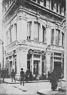 "Almacén de ""Un centavo a un peso"", situado en el Pasaje Hernández de Bogotá en 1918. Japan Spring, Spring Time, Street View, History, Architecture, City, Places, Photography, Environment"