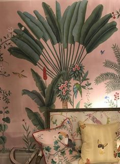 Papier-peint (De Gournay) such pretty wallpaper. Vintage feel to this one. Green and white Frühling Wallpaper, Spring Wallpaper, Chinoiserie Wallpaper, Surf Decor, Wall Decor, Entryway Decor, Tropical Interior, Interior Modern, Fall Home Decor