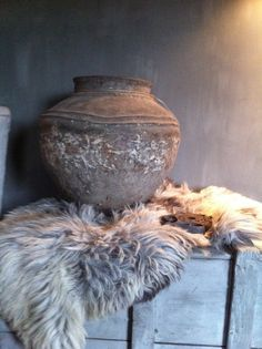 Een schapenvacht kun je overal neer leggen voor een mooi en warm gevoel. www.deoudeschuur.com