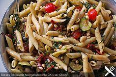 Mediterraner Nudelsalat mit Spinat und Pinienkernen Funktioniert auch sehr gut mit Gurken, angebratenen Paprika, Kichererbsen, ...
