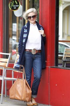 blue jeans and boyfriend sweater Classic White Shirt, Boyfriend Sweater, Plus Size Fashion For Women, Fashion Over 50, Women's Fashion, Sweater Fashion, Blue Jeans, Shirt Style, Autumn Fashion